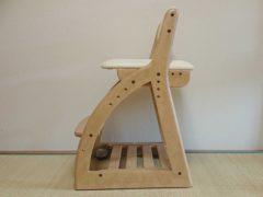 畳とローラー付き学習椅子。